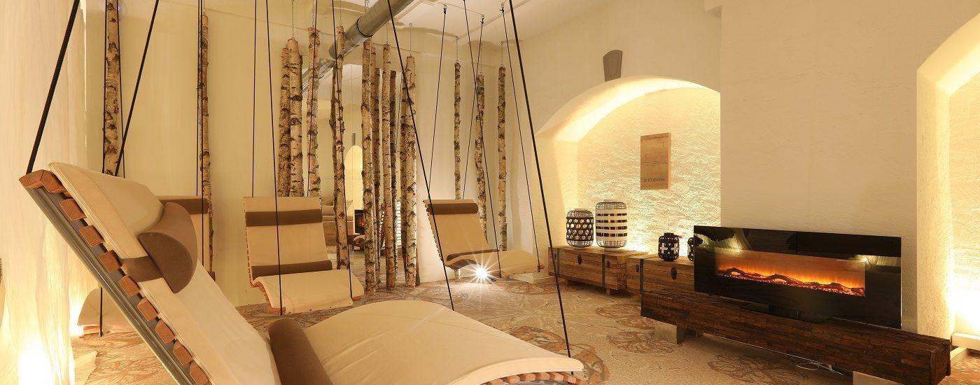 Auf dem Foto sehen Sie Hängeschaukeln im Wellnessbereich des Hotel Nägler's.