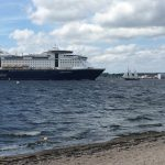 Auf dem Foto ist ein Fährschiff zu sehen und ein Segelschiff auf der Ostsee zu sehen