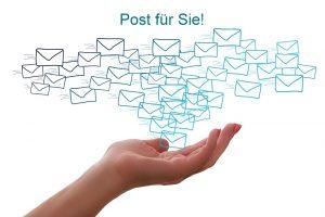 Post für Sie! Auf dem Foto ist eine Hand zu sehen die Briefumschläge verschickt für Pia Forkheim Coaching.