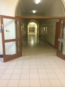 Auf dem Bild sieht man einen Flur im Rheingau Gymnasium in Geisenheim