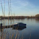 Boot im Rhein kurz nach dem Sonnenaufgang