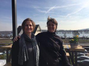 links: Ulrike Burckard/Entspannungstrainerin rechts: Pia Forkheim/Coach und Idogo Trainerin auf der Terrasse des Hotel Nägerl's