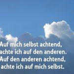 Foto mit Wolken und dem Text Auf mich selbst achtend, achte ich auf den anderen. Auf den anderen achtend achte ich auf mich selbst. Buddha