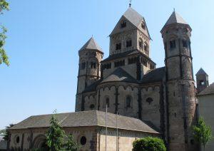 Auf dem Foto ist die Abteikirche Kloster Maria Laach zu sehen