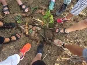 Füße im Wald