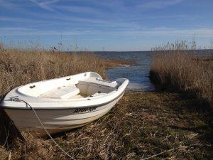 ein Boot an Land