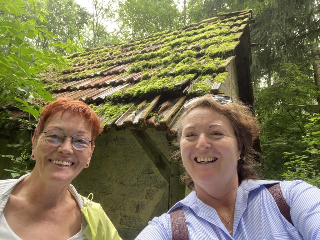 Ulrike Sowa, links und Pia Forkheim, rechts am Hexenhäuschen